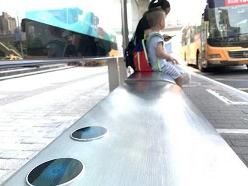 公交站台座椅安装无线充电器